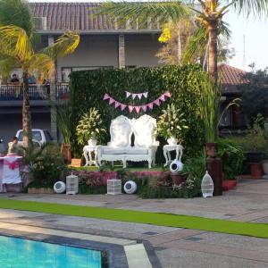 dekorasi-pelaminan-outdoor-di-side-pool-Hotel-Griptha--Kudus-kode-pemesanan-DV-HG